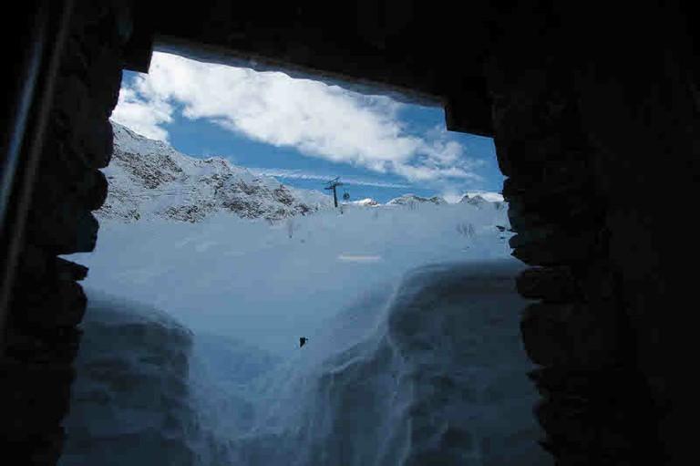 La neve chiusa fuori dal rifugio